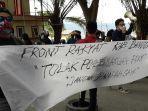 masyarakat-melakukan-aksi-demonstrasi-di-kantor-bupati-banggai-kompleks-perkantoran-bukit.jpg