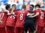 para-pemain-rusia-berkumpul-sebelum-pertandingan-sepak-bola-grup-b-uefa-euro-2020.jpg