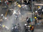 para-pengunjuk-rasa-berlari-selama-demonstrasi-menentang-kudeta-militer-di-yangon-pada-1-maret-2021.jpg