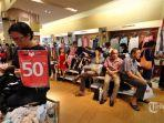 para-suami-menunggu-istrinya-yang-berbelanja-di-toko-matahari-mall-taman-anggrek.jpg