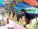 pedagang-durian-di-jalan-moh-yamin-kota-palu-merapikan-dagangannya-sabtu-3932019.jpg