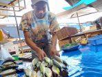 pedagang-ikan-katombo-randi-saat-berjualan-ikan-di-komples-pasar.jpg