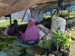 pedagang-musiman-mulai-menjajakan-daun-pisang-dan-bambu-di-jl-miangas.jpg