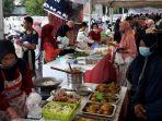 pedagang-pasar-ramadan-di-luwuk-kabupaten-banggai-sibuk-melayani-pembali.jpg
