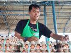 pedagang-telur-saat-mengikuti-program-pasar-murah-di-kota-palu-1.jpg