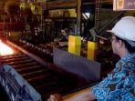 pegawai-krakatau-steel-memantau-pembuatan-lembaran-baja-panas-di-cilegon-banten.jpg