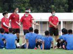pelatih-timnas-indonesia-shin-tae-yong-memberikan-wejangan-kepada-skuad-timnas-u19.jpg