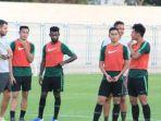 pelatih-timnas-indonesia-simon-mcmenemy-memberi-instruksi-ke-pemainnya.jpg