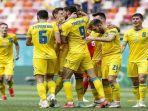 pemain-depan-ukraina-roman-yaremchuk-merayakan-dengan-pemain-depan-ukraina-andriy-yarmolenko.jpg