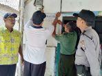 pemasangan-stiker-di-salah-satu-rumah-kpm-pkh-di-kabupaten-jombang.jpg