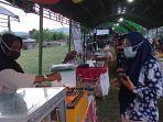 pembeli-sedang-belanja-takjil-di-pasar-ramadan-di-kelurahan-petobo.jpg