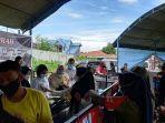 pengunjung-membeli-beras-di-pasar-murah-jl-tangkasi-kelurahan-birobuli-selatan.jpg