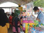 pengunjung-pasar-murah-sedang-berbelanja-aneka-minuman.jpg