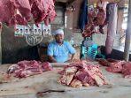 penjual-daging-dan-tulang-sapi-fahrul-saat-menjajakan-dagangannya-di-dalam-pasar-inpres-palu.jpg