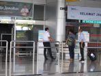 penumpang-garuda-indonesia-sedang-menanyakan-kepada-petugas-bandara.jpg