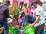 penyaluran-air-bersih-kepada-warga-terdampak-banjir-bandang-di-desa-bulapapu.jpg