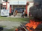 penyegelan-kantor-oleh-aparat-desa-marana-kecamatan-sindue-kabupaten-donggala.jpg