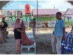 petugas-kpps-7-saat-menyiapkan-tps-di-kawasan-huntara-desa-desa-lolu-kecamatan-sigi-biromaru.jpg