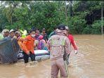petugas-mengevakuasi-korban-banjir-di-kabupaten-tanah-laut-kalimantan-selatan-1512021.jpg