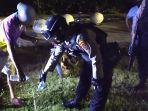 polisi-memusnahkan-miras-dari-sekelompok-pemuda-yang-melarikan-diri-usai-melihat-patroli.jpg