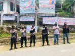 polisi-mengamankan-aksi-demo-warga-di-desa-tolo.jpg