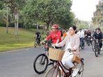 presiden-jokowidan-ibu-negara-bersepeda-di-candi-borobudur.jpg