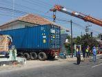 proses-evakuasi-truk-kontainer-yang-masuk-ke-halaman-puskesmas-mojosongo.jpg