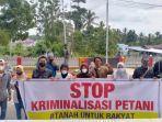puluhan-warga-melakukan-aksi-solidaritasuntuk-seorang-petani-yang-ditetapkan-tersangka.jpg
