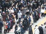 ratusan-orang-mengatri-di-seoul-untuk-membeli-masker-pada-jumat-2822020.jpg