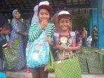 ratusan-seragam-seragam-serta-peralatan-sekolah-dibagikan-untuk-pelajar-di-desa-rogo-kabupaten-sigi.jpg