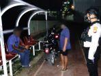sejumlah-pemuda-dibubarkan-polisi-saat-tengah-asyik-pesta-miras-di-lapangan-ssc.jpg