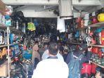 sejumlah-toko-elektronik-di-bekasi-diserbu-pembeli-genset-senin-582019.jpg
