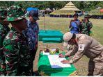 sekretaris-daerah-provinsi-sulteng-hidayat-lamakarate-kanan-menandatangani-naskah-berita.jpg