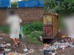 seorang-ibu-di-sangsi-membersihkan-sampah-di-sekeliling-tempat-pembuangan-sampah-tps.jpg