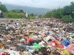 seorang-pengendara-di-sekitar-tumpukan-sampah-area-likuefaksi-balaroa.jpg