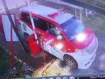 sopir-ambulans-terekam-cctv-merusakan-kamera-cctv.jpg