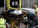 staf-ambulans-membawa-seorang-pria-yang-terluka-dari-luar-masjid-christchurch.jpg