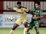 striker-bhayangkara-fc-marinus-wanewar.jpg
