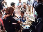 tim-medis-act-saat-memeriksa-kesehatan-korban-banjir.jpg