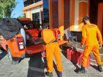 tim-rescue-pos-sar-luwuk-menyiapkan-peralatan-untuk-mencari-nelayan-hilang.jpg