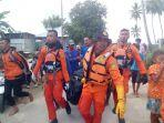 tim-rescue-saat-menemukan-nelayan-hilang-di-perairan-desa-supilolong.jpg