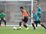 timnas-indonesia-berlatih-di-lapangan-iranian-club-dubai-kamis-3102019.jpg