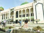 tni-polri-dan-warga-melakukan-aksi-bersih-di-kompleks-masjid-agung-palu-jumat-1462019.jpg