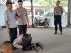 viral-siswa-sekolah-polisi-cium-kaki-ayahnya-yang-pedagang-bakso.jpg