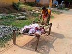 wanita-di-india-seret-ibunya-yang-berusia-100-tahun-ke-bank.jpg
