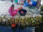 warga-desa-kalumbatan-menunggu-berjam-jam-untuk-dapat-air-bersih.jpg