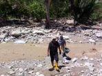 warga-harus-menyeberangi-sungai-untuk-mendapatkan-air.jpg