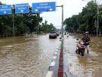 warga-melintasi-banjir-jakarta-di-jalan-dr-sutomo-pasar-baru-jakarta-pusat.jpg