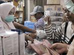 warga-membeli-masker-di-salah-satu-toko-alat-kesehatan.jpg