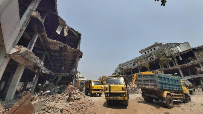 Sejumlah alat berat diterjunkan untuk pembongkaran Pasar Banjarsari Kota Pekalongan, Senin (11/10/2021).